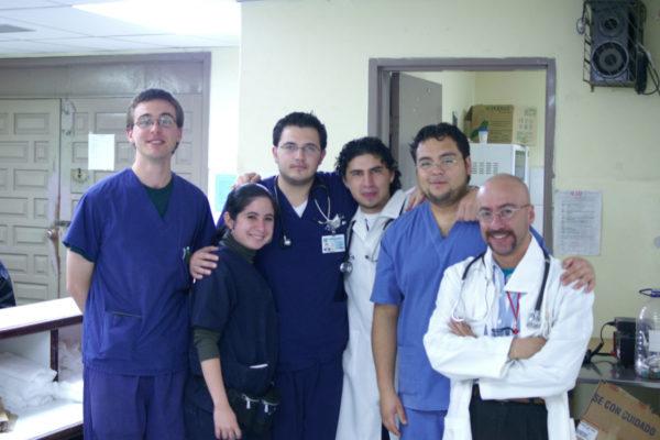 Praktikant im Medizin Praktikum in Ecuador mit Kollegen