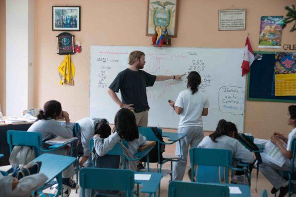 Praktikum Ecuador Lehrer mit Schülerin an der Tafel