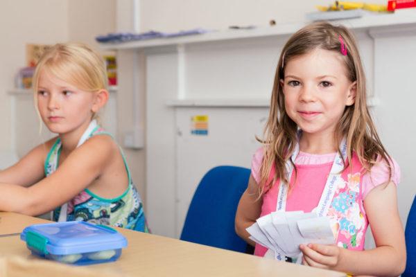 Glückliches Mädchen im Junior Englisch Sprachkurs Brighton