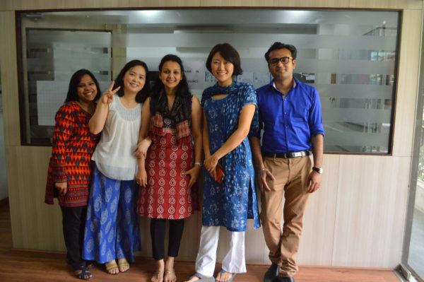 Praktikantin mit Kollegen in Indien