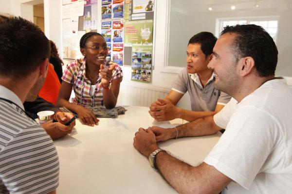 Tolles Gespräch zwischen internationalen Teilnehmern auf der Sprachreise in Brighton