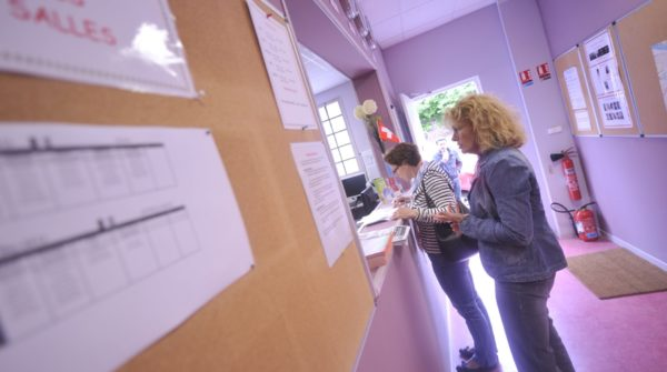 Sprachschüler an der Rezeption der Sprachschule Rouen