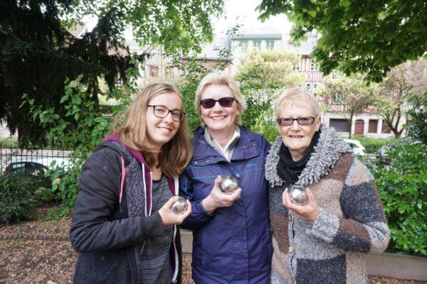Teilnehmer Sprachreise 50 Plus Frankreich beim Petanque spielen