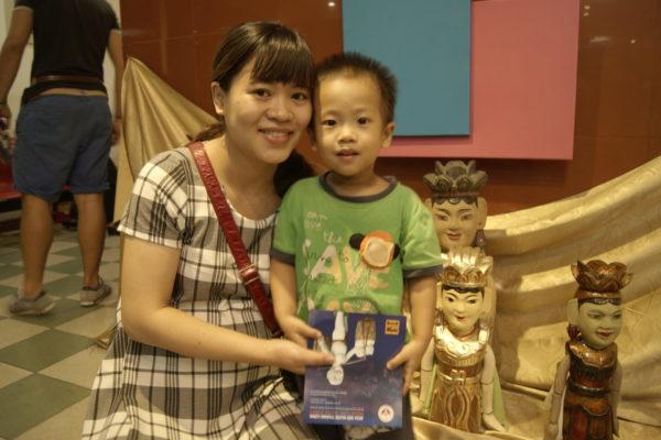 Gastmutter und Sohn in Hanoi