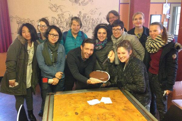 Sprachschüler mit selbst gebackenem Kuchen