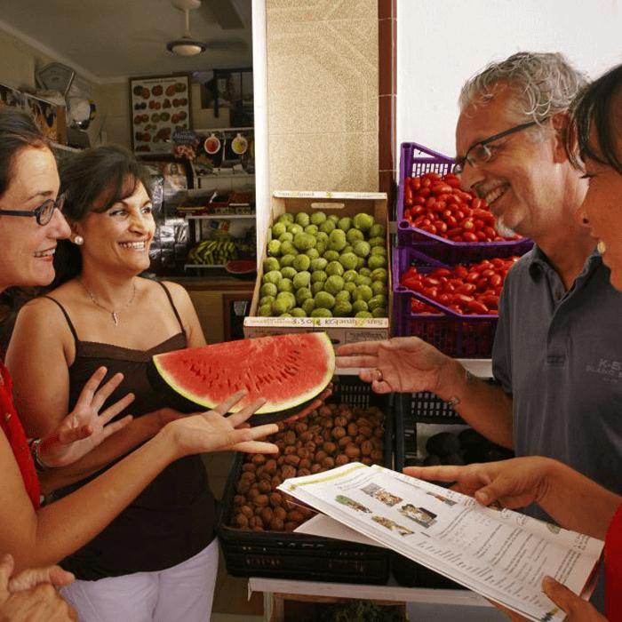 Spanisch Sprachkurs auf dem Markt beim Obst kaufen