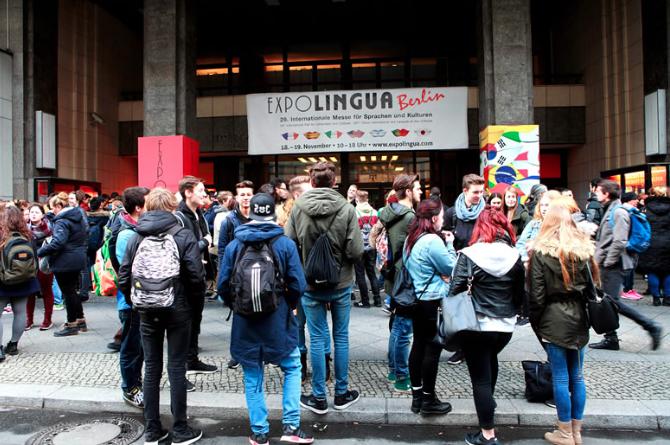 Besucher warten vorm Eingang der Expolingua