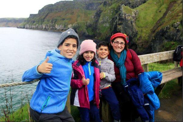 Glückliche Familie auf Sprachreise bei den Cliffs of Moher