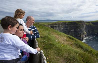 Familie schaut sich die Cliffs of Moher an