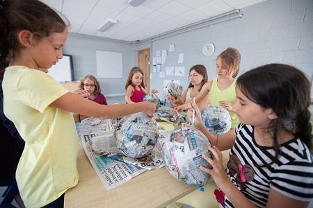 Kinder basteln beim Englisch Sprachkurs in Dublin