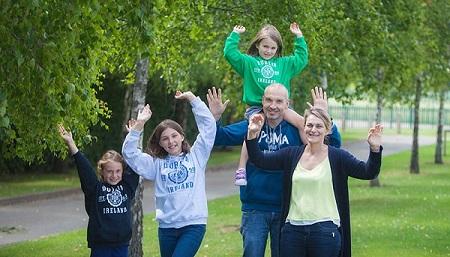 glueckliche Familie auf Sprachreise in Dublin