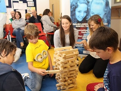 Kinder bei Aktivitaet auf Familiensprachreise Galway