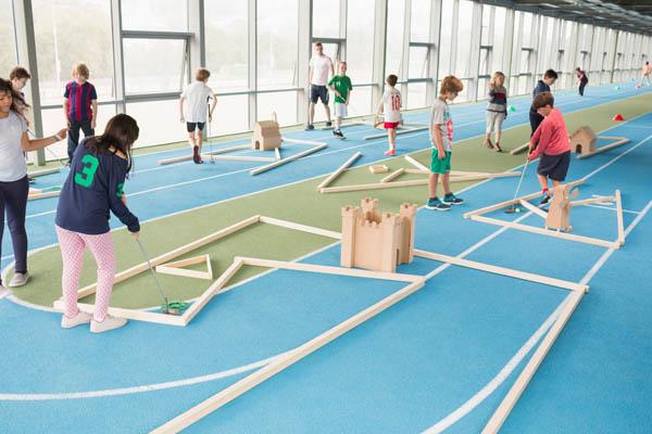 Kinder spielen Minigolf auf Sprachreise