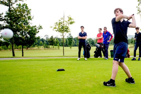 Kinder spielen Golf auf Sprachreise