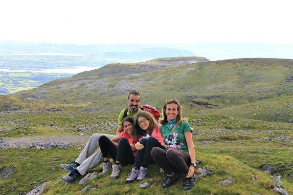 Familie mit 2 Kindern auf einem Ausflug in Irland