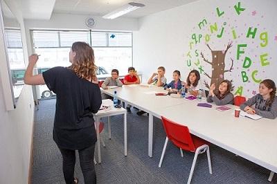 Kinder und Lehrerin beim Englisch lernen in Galway