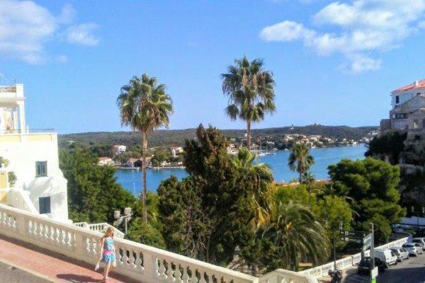 Palmen und Meerblick Sprachreise Menorca
