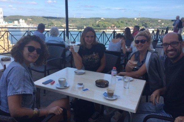 Teilnehmer Sprachreise 50 Plus Menorca bei der Kaffeepause am Hafen