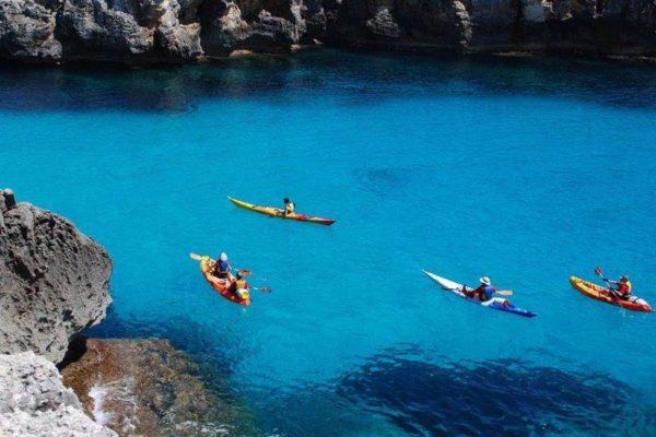 Kajaks in Bucht auf Menorca