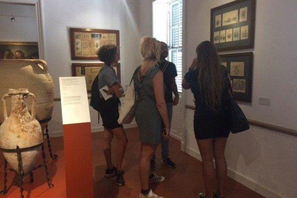 Museumsbesuch von Teilnehmern Sprachreise 50 Plus Menorca