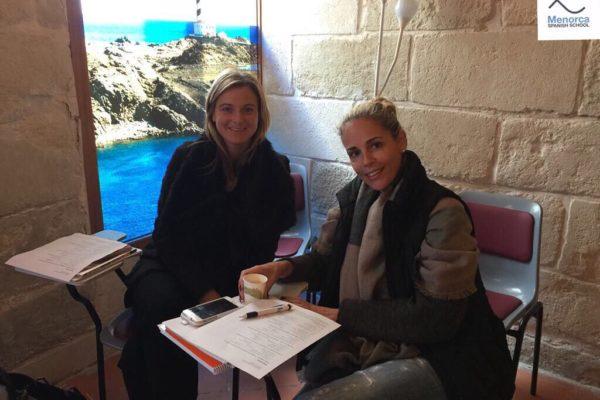 Zwei Frauen beim Spanisch lernen lauf Menorca