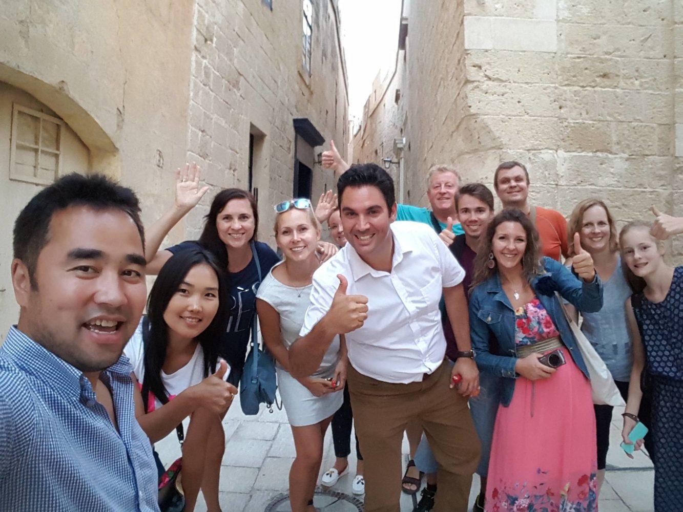 Schulleiter mit Sprachschülern Eltern Kind bei Ausflug auf Malta