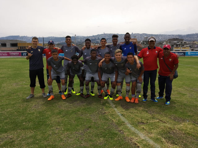Gruppenfoto Fussball Spieler El Nacional Quito mit Praktikant aus Berlin Praktikum Ecuador