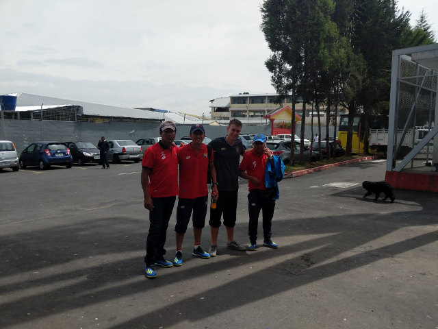Gruppenfoto Trainer Fussball El Nacional Quito mit Praktikant Praktikum Ecuador