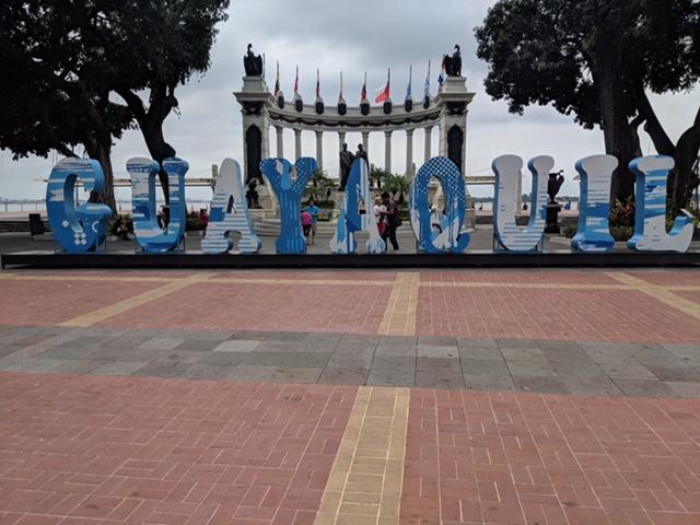Edu-Seasons Praktikum Ecudaor Blick auf Guayaquil Schrift