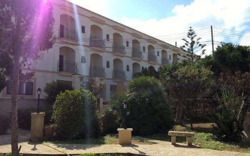 Blick auf Pension mit Garten Sprachreisen Malta 50 plus