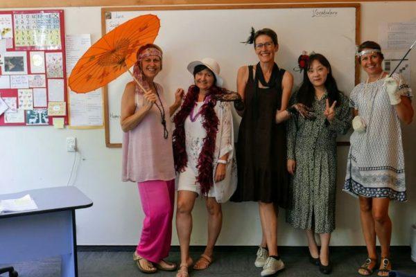 Sprachschüler in Sprachschule Napier verkleidet für Art Deco Festival